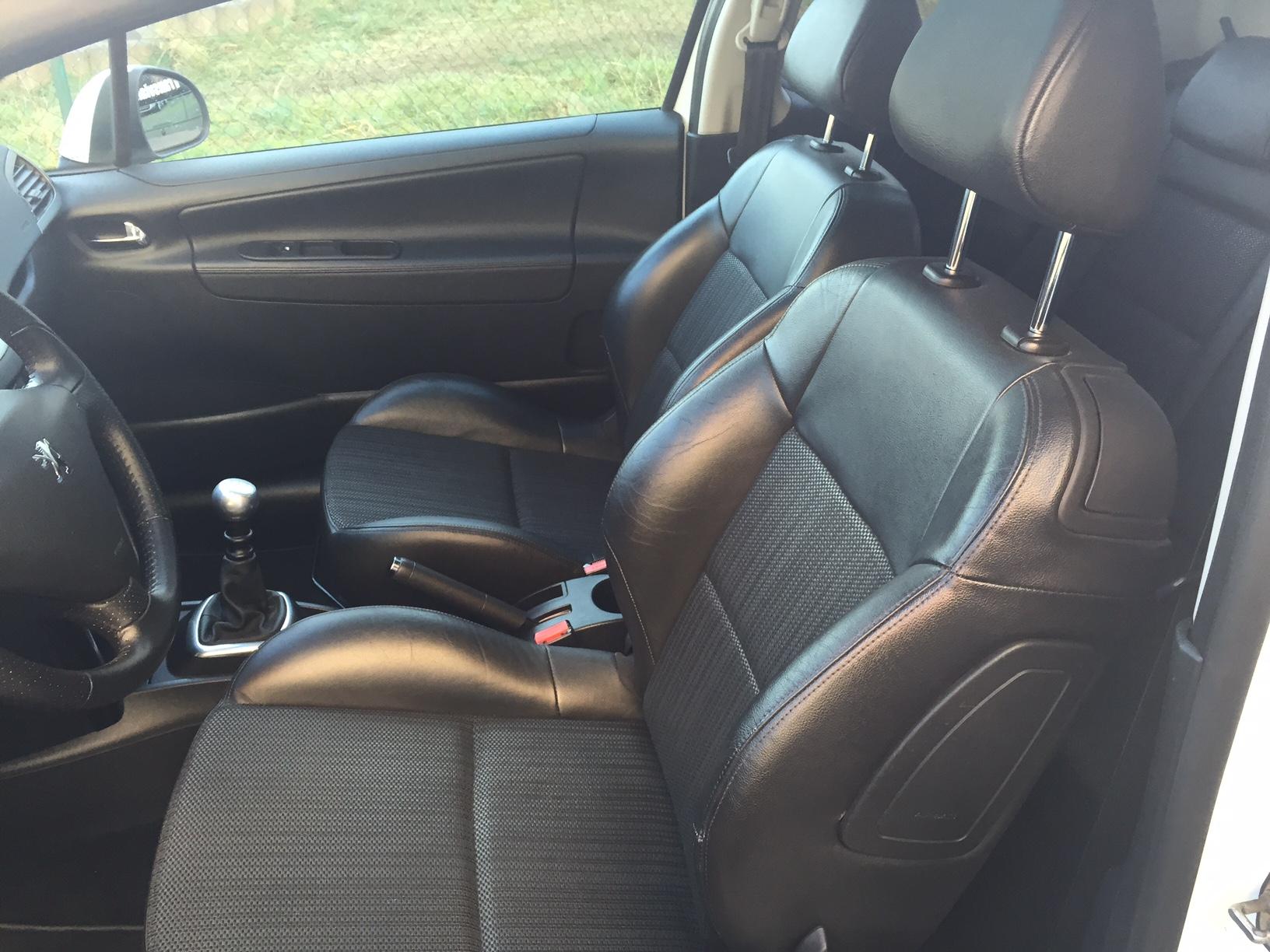 Peugeot 207 1 6 hdi 110 sportium 3p transvialux automobiles for Interieur 207